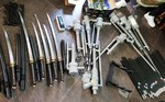 """Đột kích """"kho"""" chứa 33 bình xịt hơi cay, 9 súng cồn, 29 cây kiếm"""