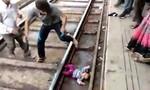 Bé gái 1 tuổi thoát chết thần kỳ dù nằm dưới gầm tàu hỏa đang chạy