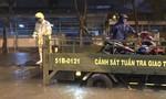 CSGT Công an TP.HCM dùng ô tô chuyên dụng giúp dân vượt ngập