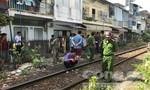 Chui qua hàng rào đường sắt, một người bị tàu hoả tông chết