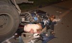 Xe máy tông đuôi xe tải, 2 công nhân tử nạn tại chỗ