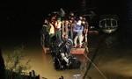Trục vớt được ô tô lao xuống sông Hồng, 2 người trong xe tử vong