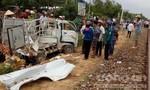 Tàu hỏa tông xe tải bẹp dúm, 2 người may mắn thoát chết