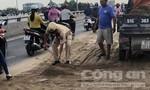 CSGT phụ dân dọn cát đổ giữa đường