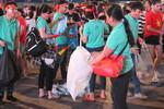 CĐV ở Sài Gòn cùng dọn rác sau trận chung kết