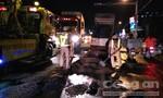 CSGT dọn dầu nhớt sau khi xe đầu kéo leo dải phân cách