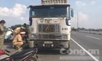 Xe container lấn làn ép ngã xe máy, cán tử vong người điều khiển
