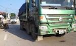 Chồng đau đớn nhìn đôi chân vợ nát dưới bánh xe tải