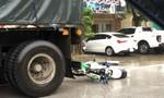 """Xe máy """"găm"""" vào đuôi xe đầu kéo, thanh niên chấn thương nặng"""