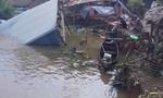 Ba căn nhà bất ngờ bị nhấn chìm xuống sông