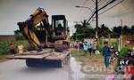 Xe đầu kéo chở xe múc đất tông chết người đàn ông phụ hồ ở Sài Gòn