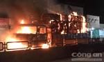Xe tải chở giấy bốc cháy, tài xế cố lái tránh xa khu dân cư
