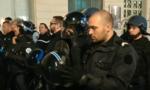 Cảnh sát Pháp cởi mũ bảo hộ để 'giải tỏa' căng thẳng với người biểu tình