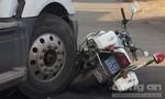 Tài xế container bất chấp vi phạm, tông ngã xe đặc chủng của CSGT
