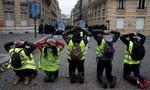 Người biểu tình ở Pháp 'nhại lại' hành động bắt học sinh quỳ gối