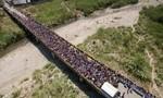 Dân Venezuela lũ lượt sang Colombia mua nhu yếu phẩm