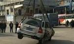 Clip bị cẩu ô tô lên nóc nhà vì đỗ sai quy định