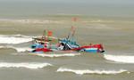 Tàu cá chở 11 ngư dân chìm giữa biển trong chuyến ra khơi đầu năm