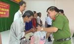 Báo Công an TP.HCM tặng quà Tết cho người nghèo Vĩnh Long