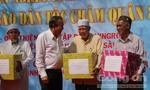 Phó Thủ tướng Trương Hòa Bình tặng quà Tết cho đồng bào người Chăm