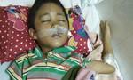 Bé trai 9 tuổi bị cổng rào sắt đè chấn thương nguy kịch