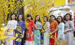 Giới trẻ Sài Gòn xúng xính áo dài xuống phố du xuân