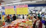 Giò chả, bánh kẹo và đồ trang trí Tết đồng loạt giảm giá mạnh tại Co.opmart