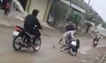 Dùng súng điện cướp xe máy giữa trưa ở Sài Gòn