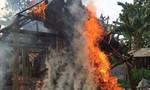Hai mẹ con ôm nhau thoát khỏi ngôi nhà đang cháy