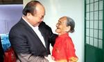 Thủ tướng trao quà Tết cho các hộ gia đình khó khăn tại Đắk Nông