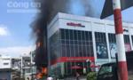Bảng quảng cáo trung tâm thương mại ở Sài Gòn cháy rực giữa trưa