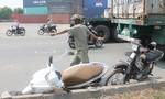 Container 'nuốt' xe máy vào gầm, giao thông ùn ứ kéo dài