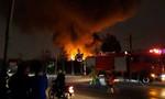 Xưởng nhựa cháy ngùn ngụt trong đêm, dân tháo chạy tán loạn