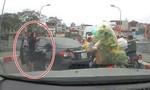 Clip nữ tài xế quay đầu xe trên cầu, còn gây gổ với người khác