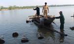 Thấy công an, lâm tặc trên 2 ghe máy chặt dây thả bè gỗ lậu xuống sông