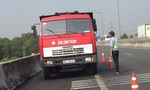 Xe tải bị cháy, tài xế chạy bộ gần 1km để cầu cứu