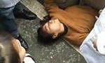 """Vợ nằm dưới gầm xe cảnh sát để """"cứu"""" chồng"""