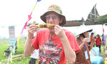Khách nước ngoài thích thú với bắp nướng đặc sản