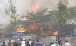 Cháy dữ dội ở xưởng giày lan sang quán ăn, nhiều người bỏ chạy tán loạn