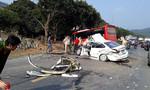 Xe con và xe khách tông nhau nát bét, hai cha con nhập viện