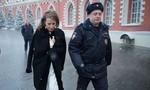 Nữ ứng viên tổng thống Nga tạt nước vào mặt đối thủ bị 'trả đũa'