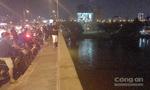 Bỏ lại xe máy, người phụ nữ nhảy cầu Nguyễn Văn Cừ