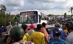 Taxi và xe buýt tông nhau, QL1A kẹt 4 cây số