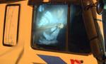 """Hai kẻ """"điên"""" lái xe tải lao vào cảnh sát rồi cầm xà beng cố thủ trong cabin"""