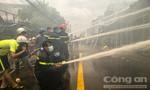 Hình ảnh lính cứu hỏa gồng mình chữa cháy dãy nhà ven sông Bảo Định