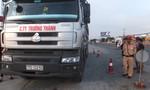 Đi vào đường cấm, tài xế và chủ xe tải cố thủ trên cabin