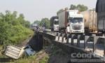 Xe đầu kéo lộn nhào xuống cầu, nhiều người thoát nạn