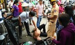Người dân và CSGT vây bắt kẻ trộm xe dựng trên vỉa hè Sài Gòn