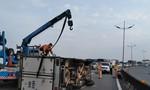 Xe tải lật trên cao tốc TP.HCM-Trung Lương, giao thông ùn ứ