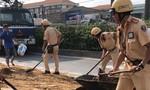 CSGT Bình Triệu xử lý sự cố sơn đổ tràn gây ùn ứ giao thông